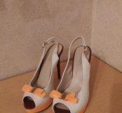 Белые красивые туфли на каблуке.
