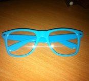 Очки в голубой оправе