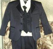 Костюм тройка с рубашкой и галстуком.