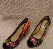 Яркие, удобные, туфли на каблуке 38-39 размер