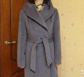 Пальто женское на поясе с капюшоном.