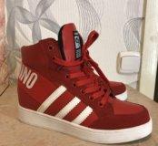 Красные стильные кроссовки