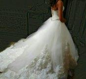 Свадебное платье со шлейфом и бутонами роз