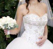 Белое пышное свадебное платье с расшитым корсетом