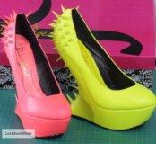 Бежевые туфли с шипами