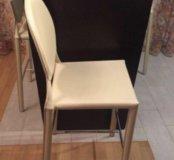 Барные стулья полностью обтянуты кожей