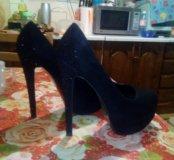 Новые замшевые туфли со стразами.