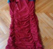 Платье красное. Сзади немного потерлась ткань
