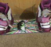 Сноуборд с креплением и ботинками.