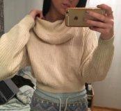 Бежевый свитер с большим воротом
