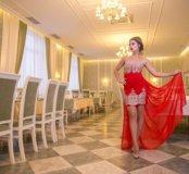 Эффектное красное платье с золотым орнаментом