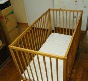 Лакированная кроватка на колесиках с матрасом Икея