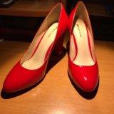 Красные туфли лакированные