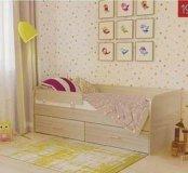 Детская кровать с боковым бортиком.