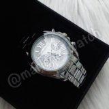 Часы с белым циферблатом Michael Kors