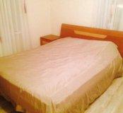 Кровать, матрац, прикроватная тумбочка.