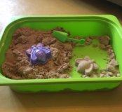 Кинетический песок в пластмассовом боксе.