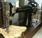 Старинная швейная машинка.