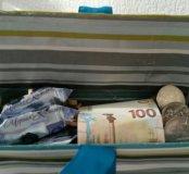 Монеты и купюра в подарочной упаковке