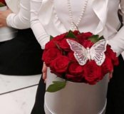 25 красных роз в шляпной коробке с бабочкой
