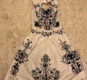 Кокетливое платье с вырезом