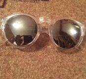 Очки в прозрачной оправе и зеркальными стеклами