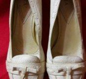 Симпатичные светлые кожаные туфли