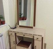 Туалетный столик с зеркалом и банкеткой