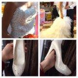 Свадебное платье со шлейфом и туфли