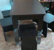 Новый обеденный стол с табуретками.