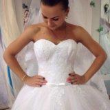 Белоснежное пышное свадебное платье со шлейфом