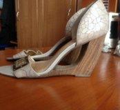Туфли на деревянном каблуке.