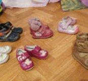Много обуви на мальчика и девочку