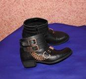 Стильные ботинки с цепями