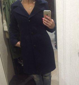 Зимнее пальто с воротом из нат меха
