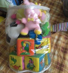 Детские игрушки мягкие и кубики