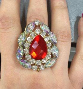 Кольцо очень красивое с камнями