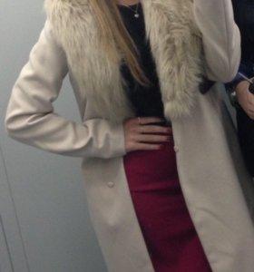 Пальто бежевое с мехом