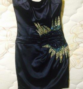 Коктейльное атласное платье без бретелей