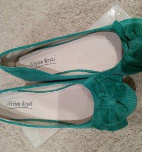 Новые велюроные балетки зеленого цвета.