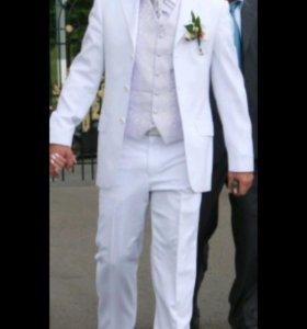 Белый свадебный костюм с жилеткой и пластроном.