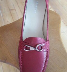 Новые туфли на каблуке 40 размер мягкий мысок.