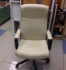 Мягкое бежевое кресло