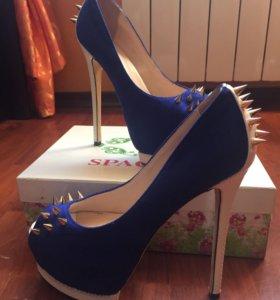 Дизайнерские туфли с шипами