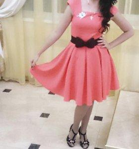 Очень яркое и нарядное платье.