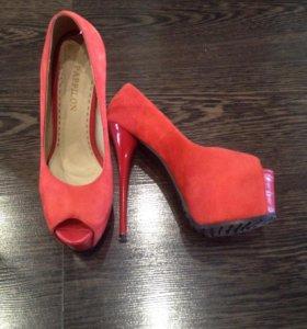 Новые замшевые туфли красного цвета