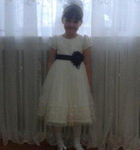 Красивое белое платье с темно-синим поясом