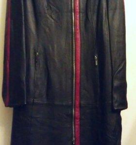 Пальто демисезонное из натуральной кожи.