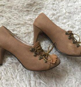 Бежевые замшевые туфли - ботильоны с бахромой