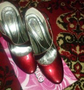 Туфли бордовые.
